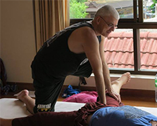 Mike in traditional Thaiyogamassage Therapie